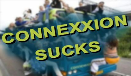 Foto compositie van een afgeladen Connexxion bus met de tekst 'Connexxion Sucks'.